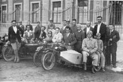 Año 1926. Carreras de motos con sidecar ante el palacio de San Telmo en Sevilla.