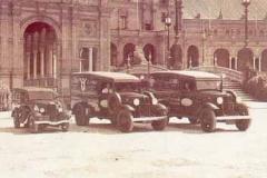 Año 1934. Caravana de coches de la marca FORD en la plaza de España (Sevilla).