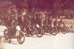 Año 1935. Carreras de motos. Salida desde la Palmera (Sevilla).
