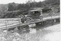 Año 1938. Taxi Ford sobre puente improvisado.