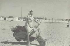 Año 1959. Lambretta en la playa.