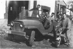 Año 1956. Jeep customizado y Lambretta patinete.