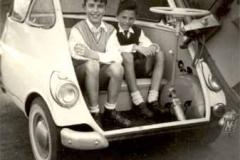 Año 1957. Niños en Isetta.
