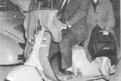 Año 1959. Novios en Lambretta 125.