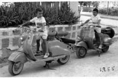 Año 1955. Una Lambretta y una Vespa.