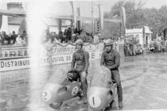 Año 1950. Dos Montesas en carrera.