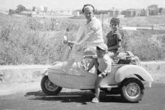 Año 1963. Vespa con niños.