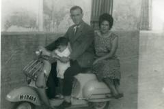 Año 1963. Vespa familiar.