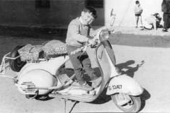 Año 1963. Vespa con fundas de asiento de lujo.